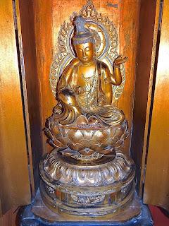 Антикварная скульптура. Будда. 19-й век. Резная, позолоченная скульптура. В ларце. 98/40/50 см. 14500 евро.