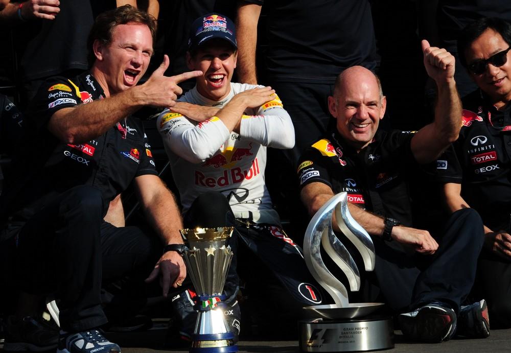 Кристиан Хорнер, Себастьян Феттель и Эдриан Ньюи отмечают победу на Гран-при Италии 2011