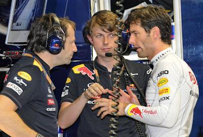 Марк Уэббер объясняет что-то механикам на Гран-при Сингапура 2011
