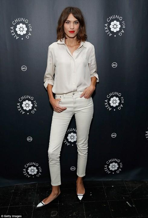 Alexa Chung phoi quan jeans nu trang