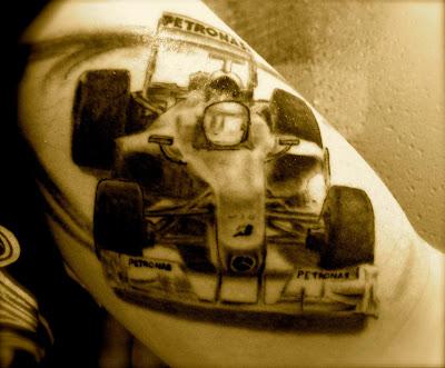 татуировка Нико Росберга Mercedes GP на руке болельщика