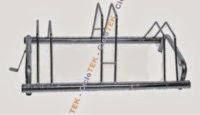Parking bicicleta acero: 3 plazas - Robusto parking para bicicleta de 3 plazas. Construido en acero galvanizado dealta resistencia, apropiado para exteriores. Ideal para tener organizada de manera estable sus bicicletas, en su jardin, parcela o plaza de garaje.  Medidas: Ancho 42 X Largo 75 X Alto: 25/35cm. (aprox)