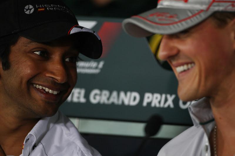 Нараин Картикеян и Михаэль Шумахер улыбаются на пресс-конференции в четверг на Гран-при Индии 2011