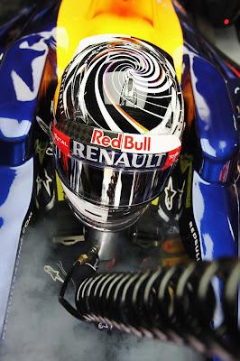 Себастьян Феттель в шлеме со спиральками во время пятничных свободных заездов на Гран-при Малайзии 2012