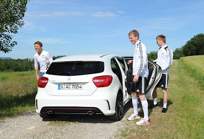 веселый Нико Росберг с футболистами выходит из Mercedes-Benz A-Class перед Гран-при Монако 2012