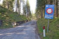 Forcella Lavardet (1549m). Die Strecke ist für den öffentlichen Verkehr per Schild gesperrt.