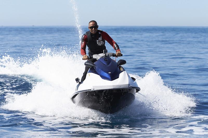 Льюис Хэмилтон катается на водном скутере на Гран-при Монако 2013