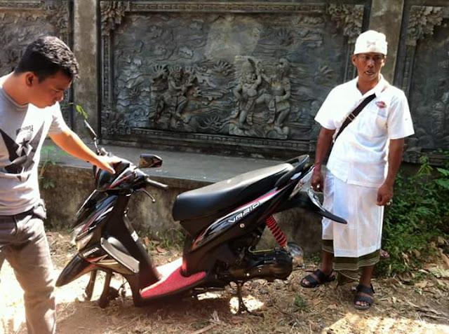 Malingnya Greget yang Dicuri Knalpot dan Ban kejadian di depan Pura Dalem Desa Tukad Mungga.
