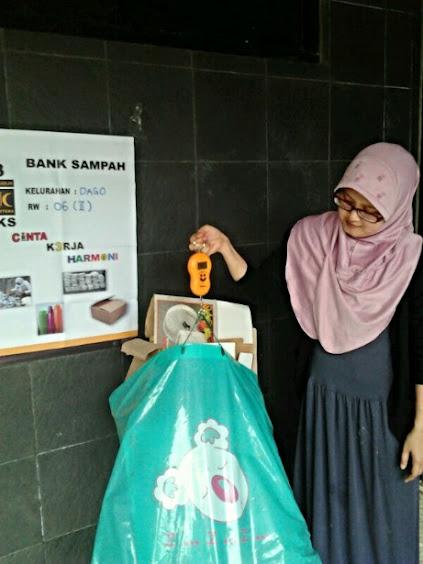 Penimbangan sampah di Bank Sampah Unit 2 RW 06 Dago