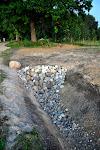 Un te šodienas darbs - ar akmeņiem izklāta grāvja ieteka, lai tā ar lielākiem, straujākiem ūdeņiem netiku izskalota.