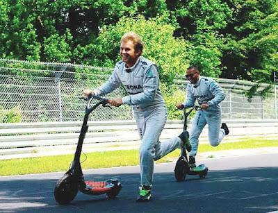 Нико Росберг и Льюис Хэмилтон на самокатах на Нюрбургринге перед Гран-при Германии 2013