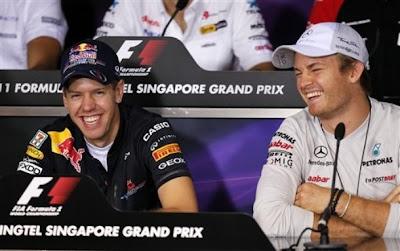 Себастьян Феттель и Нико Росберг смеются на пресс-конференции Гран-при Сингапура 2011 в четверг
