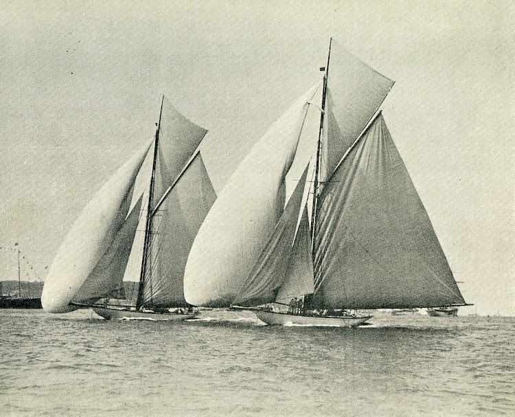 De un cliche de W.U.Kirk and Sons, esta bellísima foto del HISPANIA, en primer plano, y del OSTARA de M.W.P. Burton compitiendo en Cowes. De la revista Le Yacht. Año 1909.jpg
