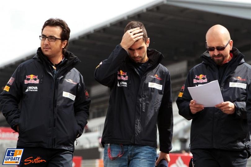 Хайме Альгерсуари инспектирует трассу Нюрбургринга вместе с механиками и фэйспалмит на Гран-при Германии 2011