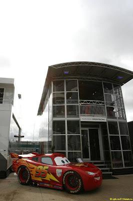 Молния McQueen у моторхоума Virgin на Гран-при Великобритании 2011
