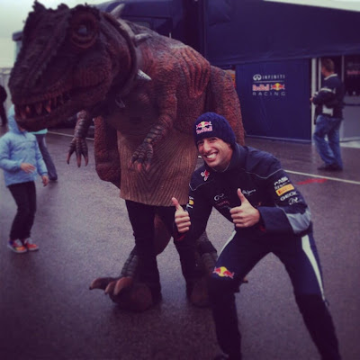 Даниэль Риккардо и динозавр во время гоночного уикэнда WSR в Арагоне - апрель 2013