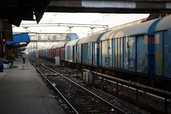 вокзал индия перрон железная дорога грузовой поезд