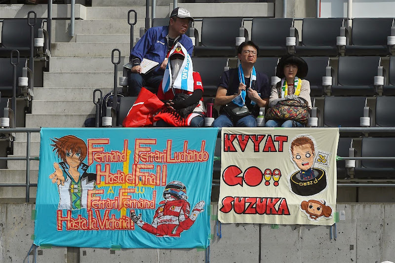 баннеры на трибунах в поддержку Фернандо Алонсо и Даниила Квята на Гран-при Японии 2014