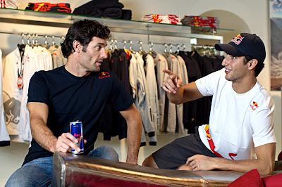 Марк Уэббер и Даниэль Риккардо в новом магазине Red Bull в Зальцбурге 1 августа 2011