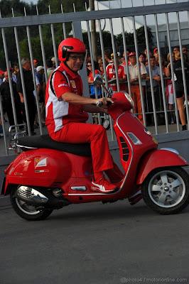 Стефано Доменикали мопеде Ferrari на Гран-при Италии 2011