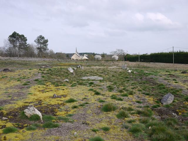 le  tertre de  la Croix Madame est au sud des alignements du moulin