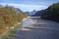 """Von der Sella Chianzutan (954m) runter nach Villa Santina. Über das noch vergleichsweise """"schmale"""" Flußbett des Tagliamento, das in seinem Verlauf eine vielfache Breite erreicht."""
