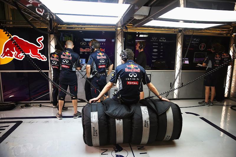 механик Red Bull прогреват резину на Гран-при Абу-Даби 2013