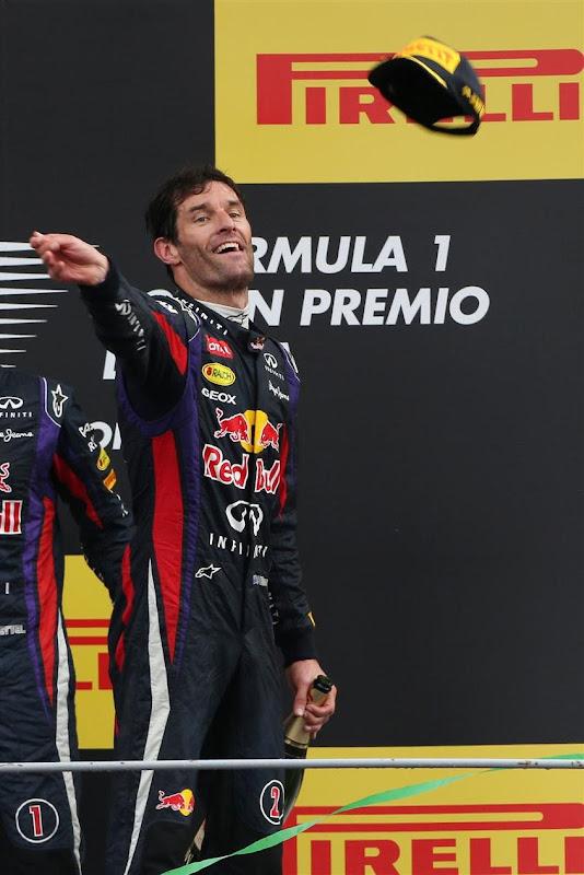 Марк Уэббер бросает кепку с подиума Монцы на Гран-при Италии 2013