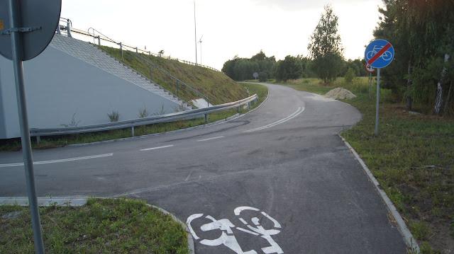 Najlepsze połączenie drogi dla rowerów z drogą serwisową - bez krawężników.