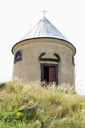 Na vrchu Mědník stojí rotundová kaple z r. 1647, kde se konají slavnosti a hornické pouti. Navštívit můžete především Hornicko-geologický park, který nabízí např. prohlídku středověkéštoly, hlubinného dolu na železnou rudu apod.