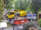 De betonpomp wagen omdat er geen achterom is en kruien geen optie is.