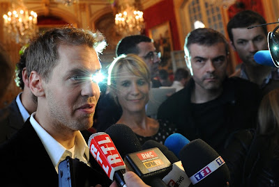 Себастьян Феттель дает интервью журналистам после получения награды в Париже 2 апреля 2012