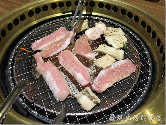 台北南港-乾杯燒烤。這盤屬於非牛區,有雞軟骨、豬頰肉、大腸頭。