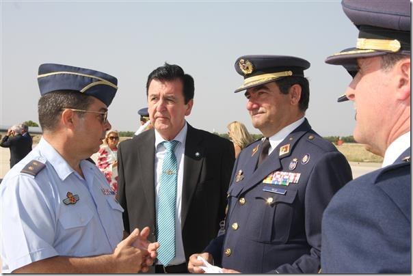 El Secretario General junto al General Gómez Rojo y otros mandos del Ejército del Aire