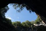 """Uitzicht door het """"dak"""" van Melissani-cave."""