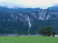 Beeindruckender Wasserfall im Aaretal beim Flugplatz Meiringen, kurz vor Interlaken und dem Brienzersee.