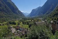Von Locarno hoch in das Sacktal Valle Maggia. Blick zurück auf den Ort Cevio.