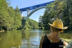 Most byl postaven v letech 1970 - 75. Jeho celková délka je 310 m s rozpětím oblouku 126m. Maximální výška je 55 m nad údolím řeky. Je největším obloukovým mostem v Českérepublice a současně nejvyšším mostem v ČR, ze kterého se skáče bungee jumping.