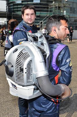 механик Red Bull с ракетным ранцем на стартовой решетке Гран-при Китая 2013
