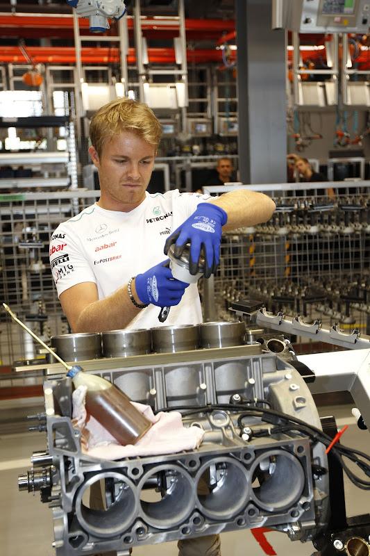 Нико Росберг собирает двигатель Mercedes AMG перед Гран-при Германии 2012