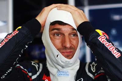 Марк Уэббер укладывает подшлемник перед квалификацией на Гран-при Малайзии 2012