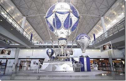 Xmas Decor in HK 2015 HKIG 香港國際機場一號客運大樓接機大堂 Swarovski 聖誕佈置 (Photo taken from Elle.hk)