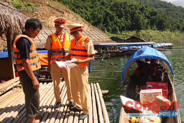 Lực lượng CSGT Công an huyện Tương Dương lập biên bản xử phạt một chủ thuyền vi phạm Luật Giao thông đường thủy trên vùng lòng hồ Thủy điện Bản Vẽ