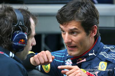 Марк Уэббер объясняет что-то механику на Гран-при Абу-Даби 2010