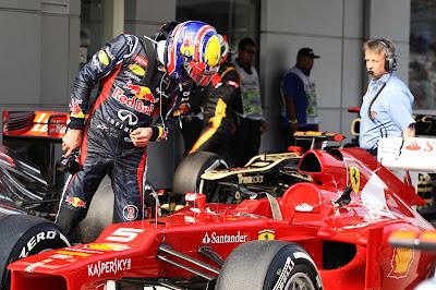 Марк Уэббер разглядывает болид Ferrari после квалификации на Гран-при Малайзии 2012