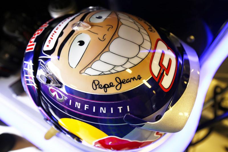 шлем Даниэля Риккардо с улыбкой для Гран-при Абу-Даби 2014