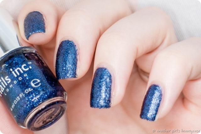 LFB Marineblau Navy blue liquid sand glitter nails inc sloane gardens swatch-2 - Kopie