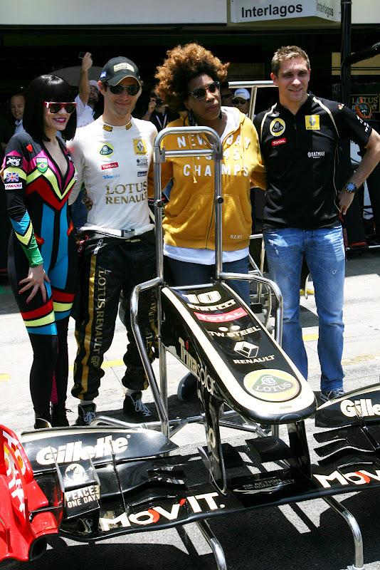 Jessie J и Macy Gray вместе с пилотами Lotus Renault Бруно Сенной и Виталием Петровым на Гран-при Бразилии 2011