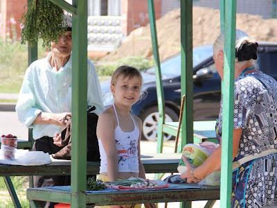 Настя торгует на рынке луком и цветами