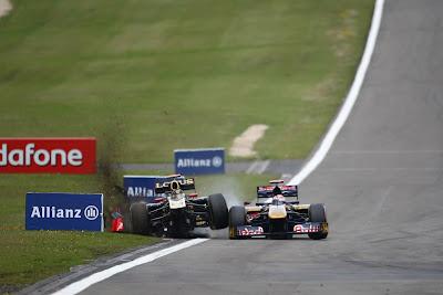 Ник Хайдфельд выходит за пределы трассы Нюрбургринга после контакта с Себастьяном Буэми на Гран-при Германии 2011